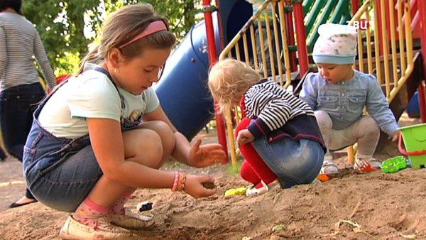 Дети в песке на прогулке