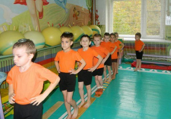 Дети в спортивной форме идут друг за другом
