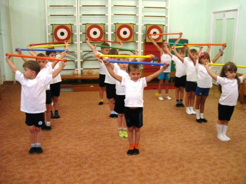 Дети выполняют упражнение с гимнастической палкой