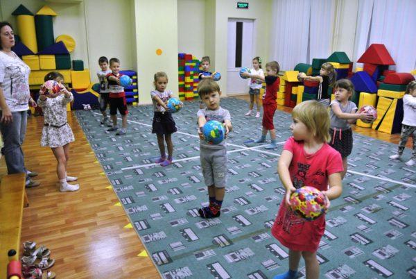 Дети выполняют упражнение с мячами