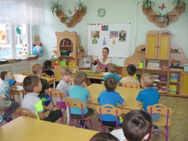 Дети за партами беседуют с педагогом
