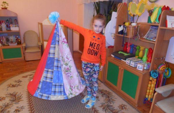 Девочка держит атрибут Магический колпак