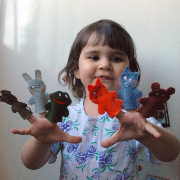 девочка с пальчиковыми куклами