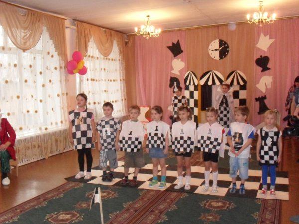 Дошкольники в костюмах шахматных фигур