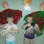 Два мальчика играют на самодельных трещотках