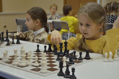 Две девочки сидят за шахматными досками