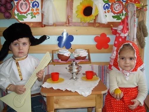 Мальчик и девочка в костюмах персонажей из сказки Курочка Ряба
