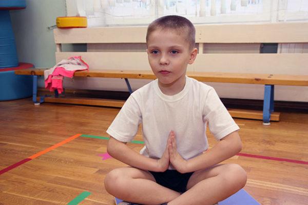 Мальчик в позе йоги