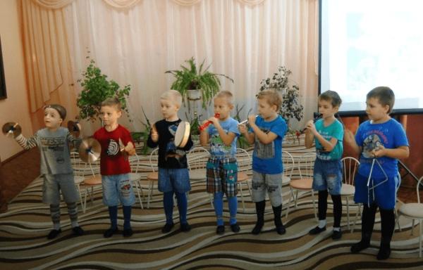 Мальчики играют на музыкальных инструментах