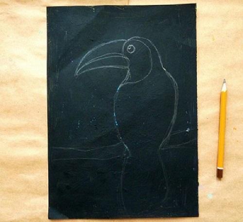 На чёрной основе карандашом намечен контур будущего рисунка