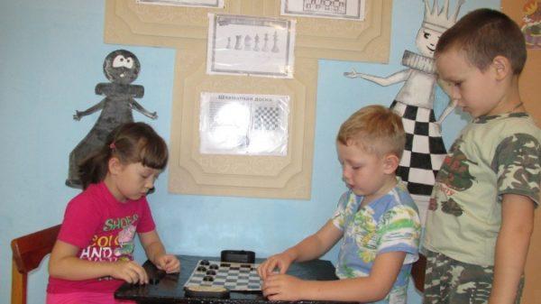 Оформление стены в шахматном уголке в группе