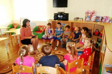 Педагог беседует с детьми