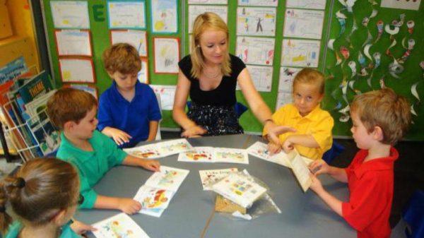 Педагог и дети беседуют по содержанию картинок