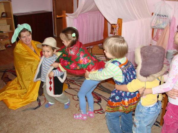 Педагог и дети инсценируют сказку Репка
