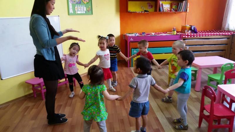 Педагог и дети в хороводе