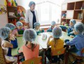 Педагог и дети в медицинских шапочках