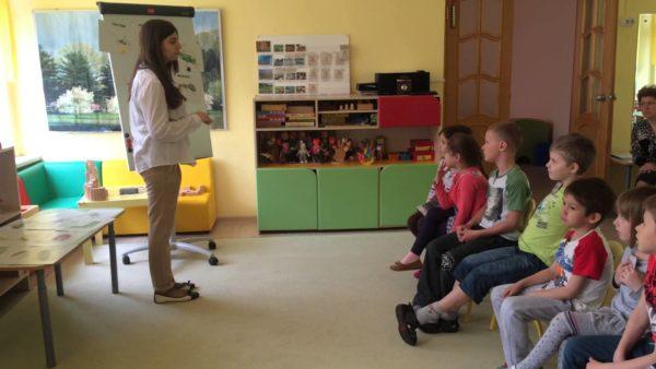 Педагог общается к аудитории детей