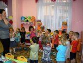 Педагог проводит с детьми физкультминутку