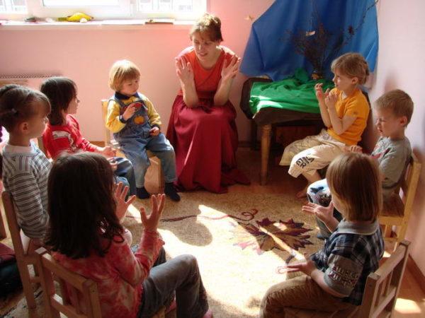 Воспитатель и дети сидят по кругу