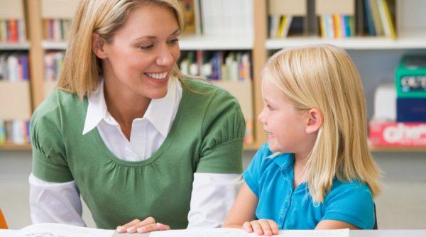 ребёнок беседует с воспитателем