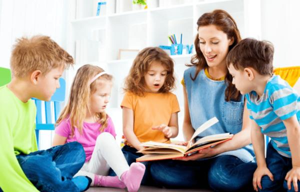 воспитатель читает детям