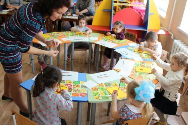 Воспитатель раздаёт детям материал для поделки