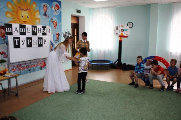 Воспитатель в костюме королевы шашек
