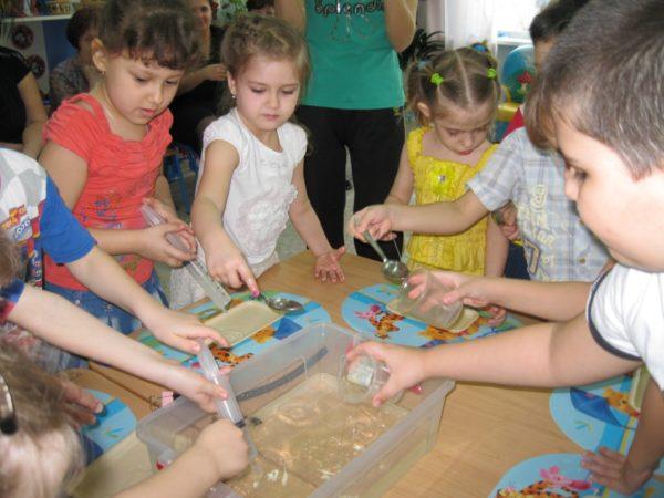 Дошкольники проводят опыты с водой