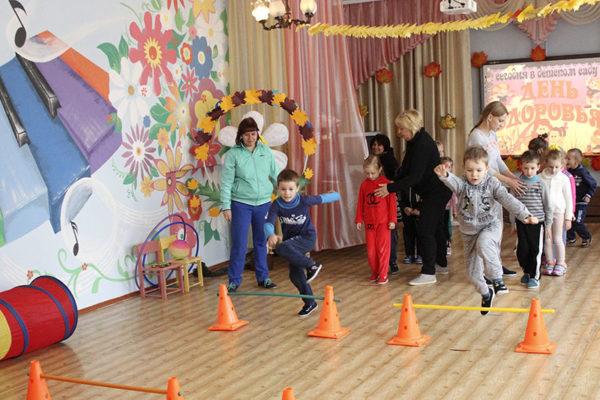 Дети бегут эстафету в зале