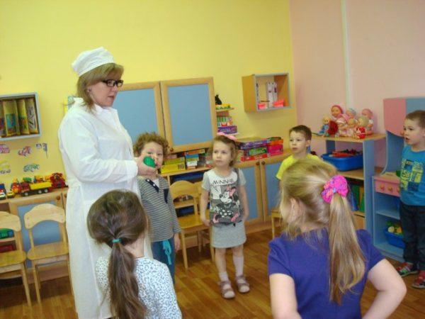 Дети беседуют с врачом