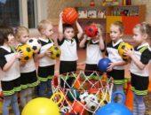 Дети бросают мячи в корзину