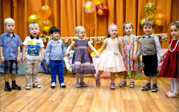 Дети держатся за руки на сцене