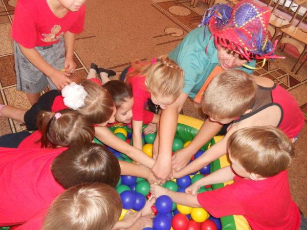 Дети достают шарики из мешка
