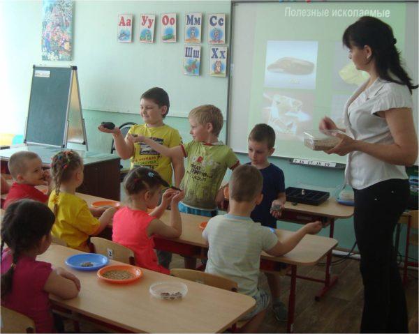 Дети изучают полезные ископаемые на занятии с использованием ИКТ