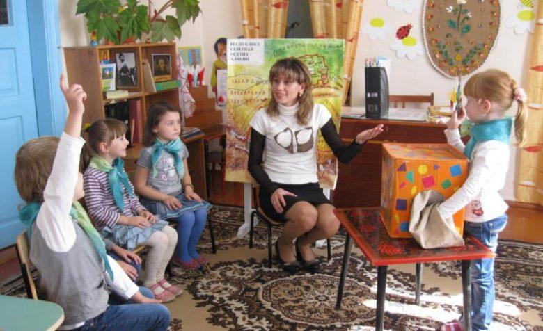 дети и воспитатель на занятии
