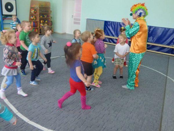 Дети играют с воспитателем в костюме клоуна