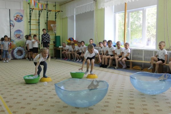Дети на скорость собирают мячики в полусферы