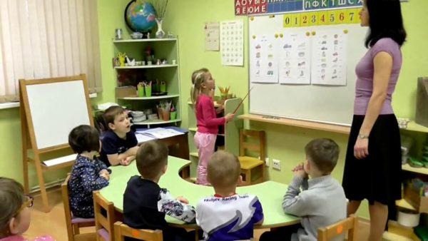 Дети на занятии по английскому языку, девочка с указкой у доски