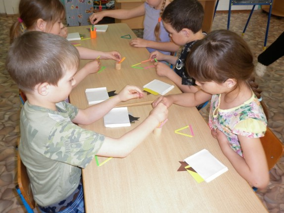 дети помогают друг другу
