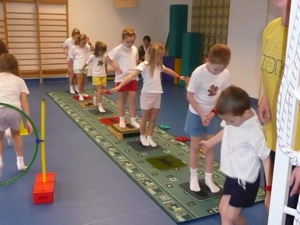 Дети проходят по платформам на ковре