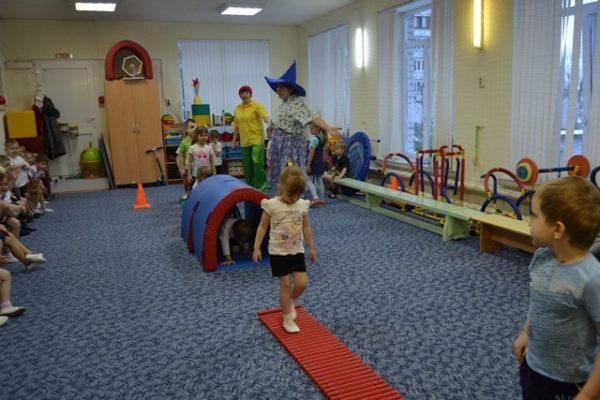 Дети проходят полосу препятствий в зале
