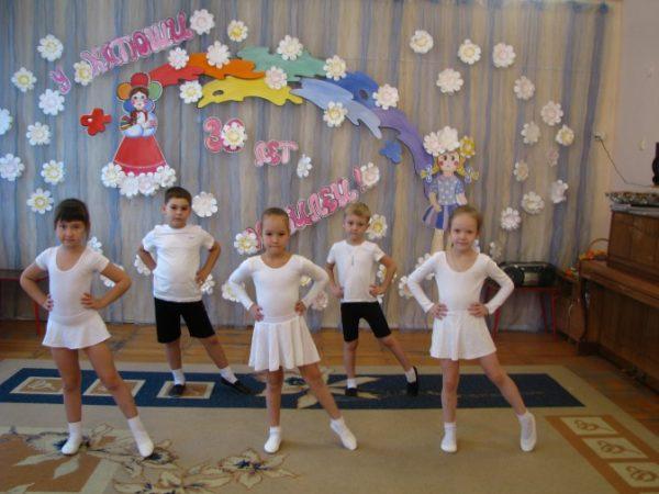 Дети разучивают танцевальные движения