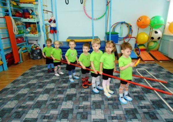 Дети с помощью палок имитируют паровоз