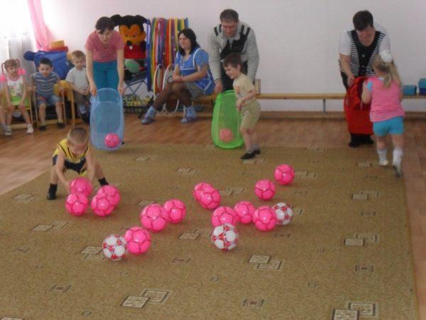 Дети с родителями ловят мячи сетками для игрушек