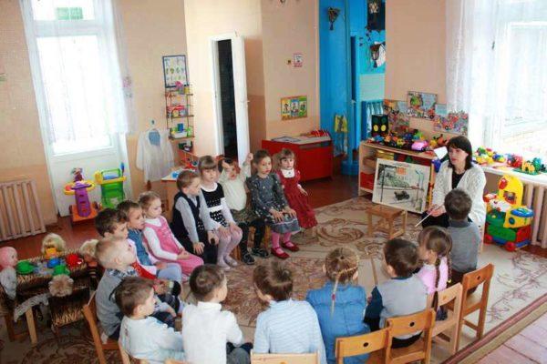 Дети сидят вокруг воспитательницы