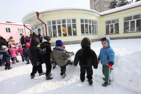 Дети стоят на улице зимой