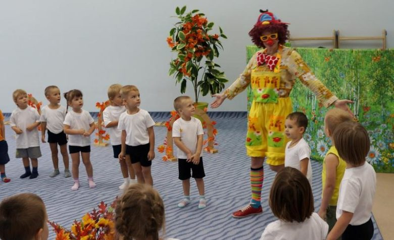 Дети стоят с клоуном в хороводе