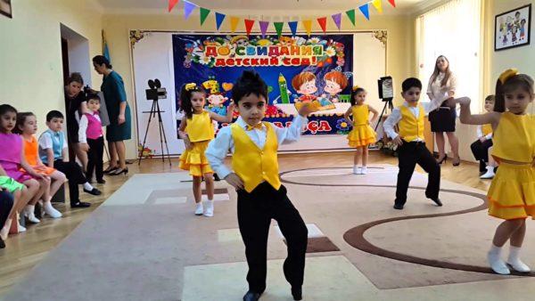 Дети танцуют на выпускном утреннике