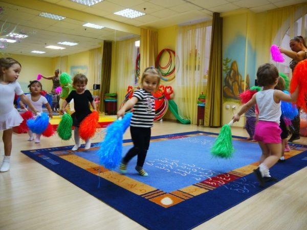Дети танцуют с султанчиками