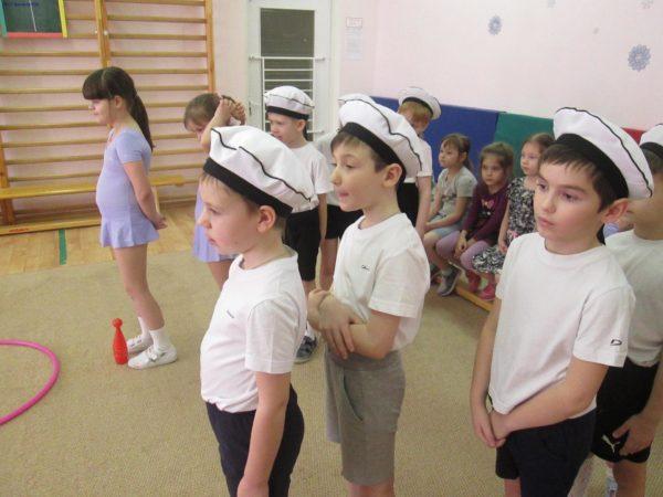 Дети участвуют в спортивном состязании